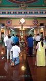 Heilige indische Gebete beten im hindischen Tempel Stockbild