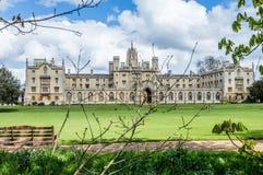 Heilige John College op een heldere zonnige dag met flarden van wolken over de blauwe hemel, Cambridge, Cambridgeshire stock foto's