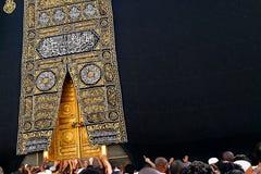 Heilige Kaaba-Tür in der heiligen Moschee während des tawaf wenn umra mit Textraum lizenzfreie stockfotografie