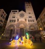 Heilige Lawrence San Lorenzo Cathedral in Genua 's nachts met de scène van de Kerstmisgeboorte van christus stock foto's