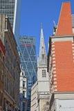 Heilige Margaret Pattens Church op Eastcheap-Straat door 20 Fenchurch Straatwalkie-talkie en Leadenhall BuildingChees wordt omrin Stock Fotografie