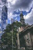 Heilige Paul Chapel voor het nieuwe en moderne One World-handelscentrum in New York stock fotografie