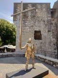 Heilige Paul de Vence - Gouden beeldhouwwerk van een mens met een kruis royalty-vrije stock afbeeldingen