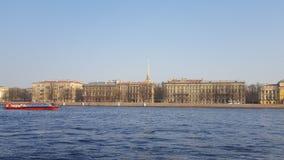 Heilige-Petersburg De rivier van Neva admiraliteit stock foto