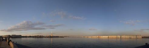 Heilige Petersburg, een mening van het Spit van Vasilyevsky-eiland Stock Foto