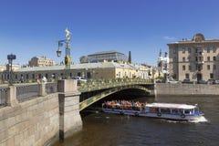 Heilige-Petersburg Fontankarivier met een een drijvende toeristenboot en Panteleymonovsky-brug royalty-vrije stock afbeelding