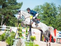HEILIGE 06 PETERSBURG-JULI: Rider Andis Varna op Coradina in C Royalty-vrije Stock Foto's