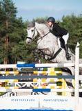 HEILIGE 05 PETERSBURG-JULI: Rider Maria Khimchenko op Calina in Th Royalty-vrije Stock Foto