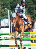HEILIGE 06 PETERSBURG-JULI: Rider Maxim Kryna op Clooney 26 in Stock Afbeeldingen