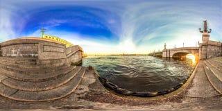 Heilige-Petersburg - 2018: Mening van Neva Witte nachten Blauwe hemel 3D sferisch panorama met het bekijken 360 hoek Klaar voor v Stock Fotografie