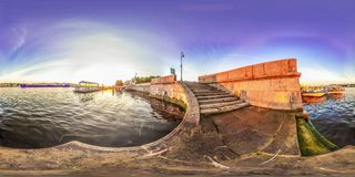 Heilige-Petersburg - 2018: Mening van Neva Witte nachten Blauwe hemel 3D sferisch panorama met het bekijken 360 hoek Klaar voor v Royalty-vrije Stock Foto's