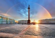 Heilige Petersburg met regenboog over het vierkant van het de winterpaleis, Rusland royalty-vrije stock fotografie
