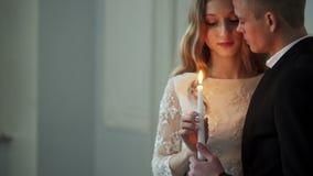 HEILIGE-PETERSBURG, RUSLAND - APRIL 30, 2017: Bruid en bruidegom met kaars in handen stock footage