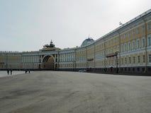 Heilige-Petersburg, RUSLAND – April 30, 2019: Buitenkant van het Belangrijkste Hoofdkwartier op het Paleisvierkant, heilige-Peter stock afbeeldingen