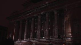 HEILIGE-PETERSBURG, RUSLAND - APRIL 29 2016: 3D afbeelding Alexandrinskytheater De projectie van de geometrische vormen en stock video