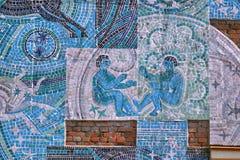 Heilige Petersburg, Rusland - Augustus 23, 2018: Een fragment van een mozaïek op de themaman en ruimte op de muur van het huis op royalty-vrije stock afbeelding