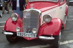Heilige Petersburg, Rusland - Augustus 25, 2018: Parade van oude auto's aan de 40ste verjaardag van de de krantenargumenten en fe royalty-vrije stock fotografie