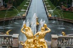 Heilige Petersburg, Rusland - Circa Juni 2017: Grand Canal met fonteinen in Peterhof of Petergof stock foto's