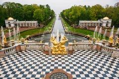 Heilige Petersburg, Rusland - Circa Juni 2017: Grand Canal met fonteinen in Peterhof of Petergof royalty-vrije stock afbeeldingen