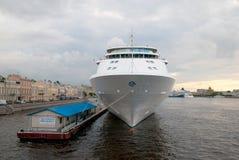 Heilige-Petersburg Rusland Cruiseschip op Neva River Royalty-vrije Stock Fotografie