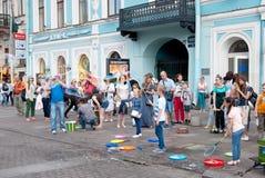 Heilige-Petersburg Rusland De kinderen blazen bellen Stock Afbeeldingen
