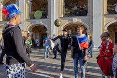 Heilige Petersburg, Rusland, de voetbal van het ventilatorsspel op Nevsky prospekt royalty-vrije stock fotografie