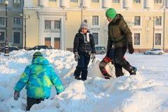 Heilige-Petersburg, RUSLAND - 16 die Januari 2016, Kinderen op de sneeuw op het Paleisvierkant spelen, de winter, dageraad Stock Fotografie