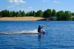 Heilige-Petersburg Rusland 05 17 2018 Een jong personenvervoer een wakeboard op het water stock afbeelding