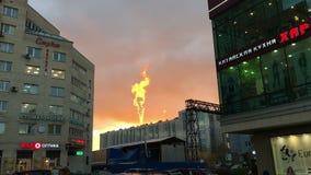 HEILIGE-PETERSBURG, RUSLAND, 20 JANUARI, 2017: Fireflame bij zonsondergang in de stad, mooi atmosferisch effect stock video