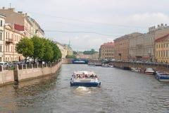 Heilige Petersburg, Rusland - Juli 30, 2017: Beeld van een plezierboot op het kanaal royalty-vrije stock fotografie