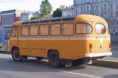 Heilige Petersburg, Rusland - Juli 30, 2017: Beeld van gele oude Sovjetbus paz-672 op de waterkant royalty-vrije stock foto