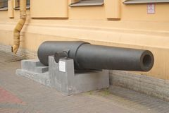 Heilige Petersburg, Rusland - Juli 07, 2017: Beeld van het vat van 8 duim rifled wapens bij de ingang aan het Museum van defensie stock foto