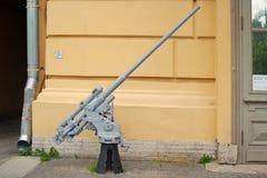 Heilige Petersburg, Rusland - Juli 07, 2017: Beeld 45 zeeafweergeschut van mm bij de ingang aan het Museum van defensie en royalty-vrije stock afbeelding