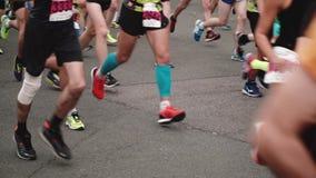 Heilige Petersburg Rusland, 9 Juli 2017 - Benen en voeten professionele agenten in sportmateriaal bij marathon langzame motie stock footage
