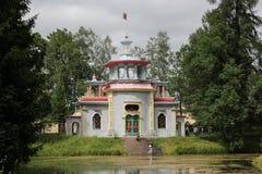 Heilige-PETERSBURG, RUSLAND - Juli 10, 2014: Chinese knarsende as in Catherine Park in Tsarskoe Selo Stock Foto