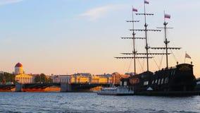 Heilige Petersburg, Rusland - Juli 02, 2016: de zomernavigatie op de Neva-rivier St Petersburg stock footage