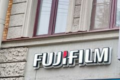 Heilige Petersburg, Rusland - Juli 09, 2017: Het Fujifilm-Embleem Het bedrijf van het winkelteken stock fotografie