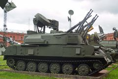 Heilige Petersburg, Rusland - Juli 07, 2017: Sovjet 23 mm verviervoudigen gemotoriseerd luchtafweerkanon zsu-23-4 Shilka Museum v stock foto