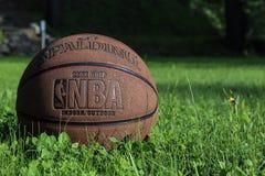 Heilige Petersburg, Rusland - JUNI 05 2019: basketbalbal op groen gras concept NBA-beslissingsmatchdef. het spalding basketbalbac stock foto's