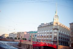 HEILIGE PETERSBURG, RUSLAND - JUNI 21, 2013: De rivierdijk van Moika van St. Petersburg, warenhuis bij de rode brug stock foto's