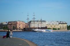 Heilige-Petersburg, Rusland - Juni 01, 2016: De toeristen onderzoeken oud en modern varend schip op Neva Stock Fotografie