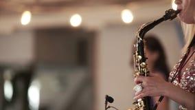 HEILIGE-PETERSBURG, RUSLAND - JUNI 11, 2016: Vrouw het spelen saxofoon stock videobeelden