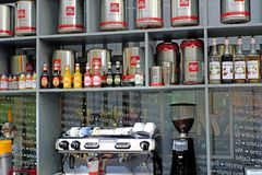 Heilige-Petersburg Rusland 05 27 2018 Koffie De Baristadeskundige in het maken van koffie neemt de orde van jongeren royalty-vrije stock foto's