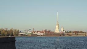 Heilige Petersburg, Rusland - Maart 2019: Langzame motie die van helikopter op Peter en Paul Fortress bij daglicht landen stock footage