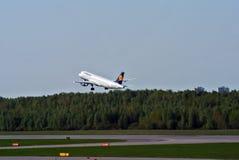 HEILIGE PETERSBURG, RUSLAND - MEI 10: Klappend vliegtuig van Duitse luchtvaartlijn Lufthansa Stock Afbeeldingen