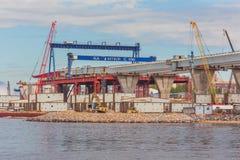 HEILIGE PETERSBURG, RUSLAND - MEI 29, 2015: Nieuwe brug in aanbouw Royalty-vrije Stock Fotografie