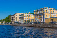 HEILIGE PETERSBURG, RUSLAND - MEI 28, 2015: Uitstekende de rivierdijk van huisfontanka Royalty-vrije Stock Foto