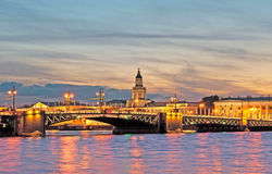 Heilige-Petersburg Rusland Nachtmening met Paleisbrug over Neva River Stock Foto's