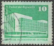 Heilige Petersburg, Rusland - November 27, 2018: De postzegel drukte in Ddr met het beeld van het Paleis van royalty-vrije stock afbeelding