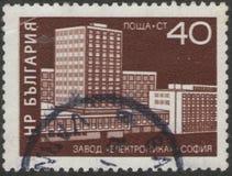 Heilige Petersburg, Rusland - November 27, 2018: Postzegel in Bulgarije met het beeld van elektronikafabriek die wordt gedrukt royalty-vrije stock afbeelding